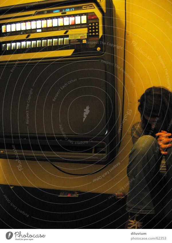 lost in the darkest corner Hand gelb dunkel Wand sitzen Kabel Automat Zigarettenautomat