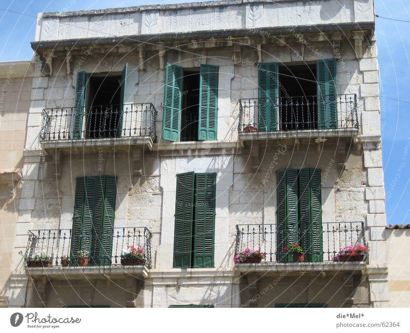 altes kleines Urlaubshaus Haus Ferien & Urlaub & Reisen Renovieren grün weiß Spanien Balkon Mallorca Stein Schatten schlagläden