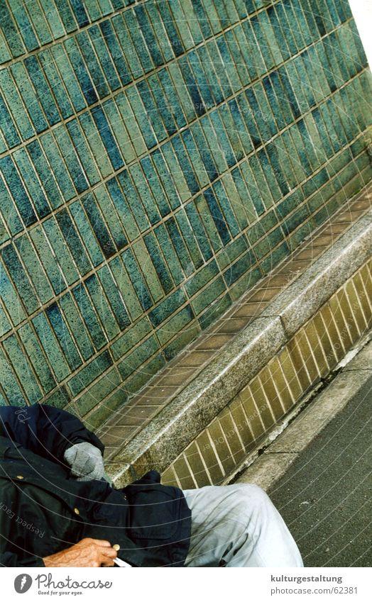 Rauchender Obdachloser in Tokio, Japan Mann Einsamkeit Straße kalt Traurigkeit warten leer Trauer Bank Gleise Fliesen u. Kacheln Jacke Zigarette