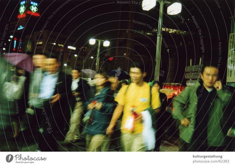 Hektische Passanten auf einer Kreuzung in Tokio Tokyo Fußgänger Eile Stress Verkehr Japan Zukunft Nacht Mobilität Mensch Abendsonne Japaner Lampe Zebrastreifen