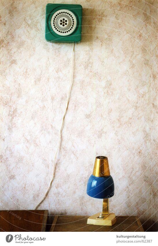 Nachttischlampe und Ventilator in einem russischen Hotelzimmer grün Einsamkeit Holz Arme leer Kabel Kitsch Tapete Stillleben Russland Osten Humor Schlafzimmer
