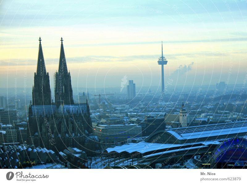 Alaaf you Himmel Stadt Winter Umwelt Religion & Glaube Stimmung Horizont Nebel Tourismus Hochhaus Klima Bauwerk Skyline Karneval Wahrzeichen Stadtzentrum