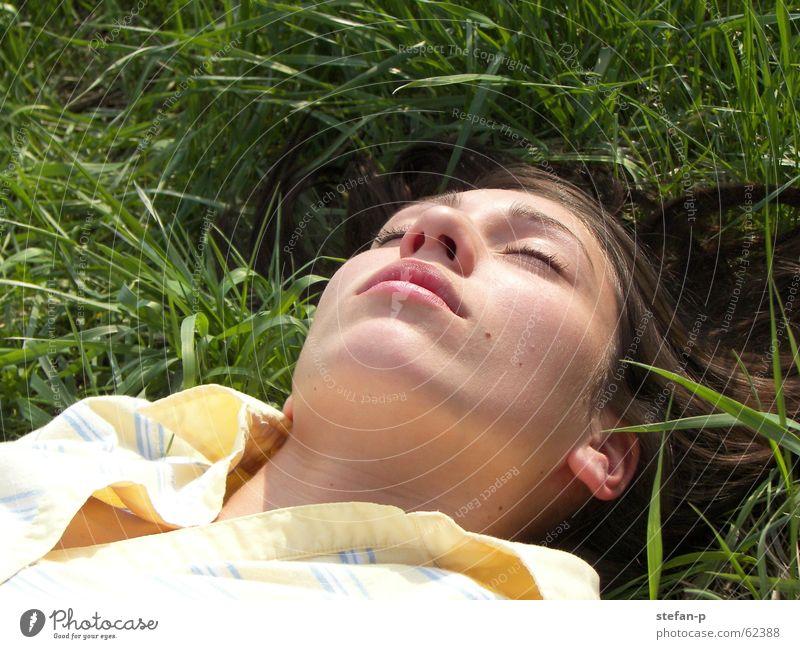 Relax II Frau Natur Sonne grün Sommer ruhig Erholung Wiese Gras Freiheit schlafen Rasen Wohlgefühl