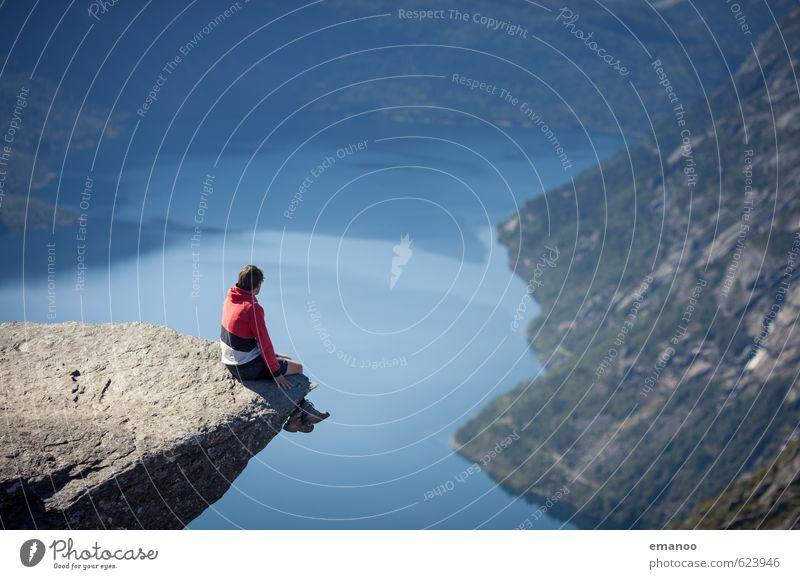 |900| on the edge Mensch Ferien & Urlaub & Reisen Mann Erholung Landschaft Freude Erwachsene Berge u. Gebirge Gefühle Freiheit See Felsen Angst Lifestyle sitzen