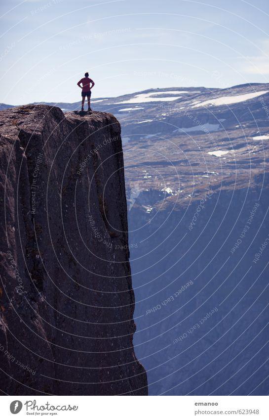 Die Frau über dem Abgrund Mensch Ferien & Urlaub & Reisen Erholung Landschaft ruhig Freude Ferne Erwachsene Berge u. Gebirge Freiheit oben Felsen stehen