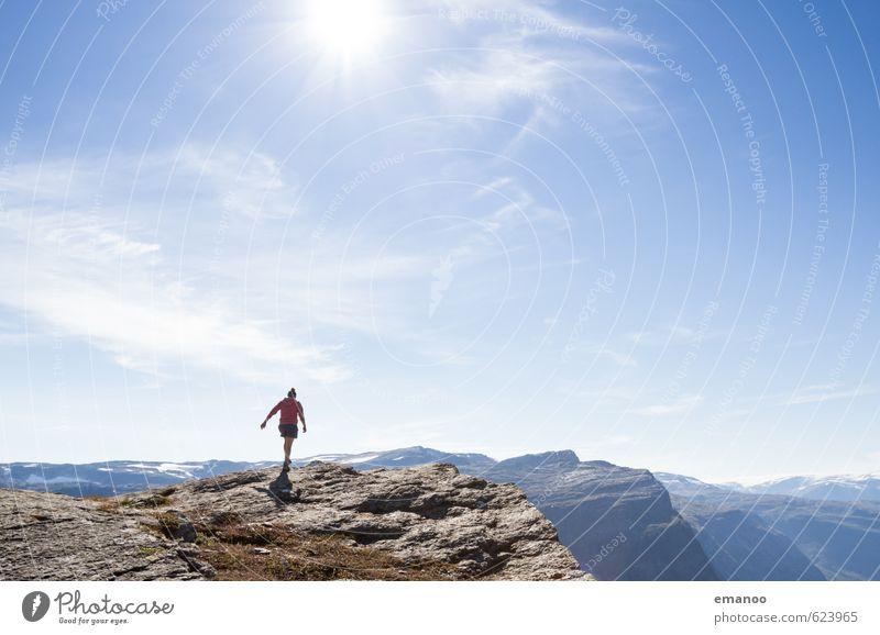 Frau auf der Klippe Lifestyle Stil Freude Ferien & Urlaub & Reisen Tourismus Abenteuer Ferne Freiheit Berge u. Gebirge wandern Mensch feminin Erwachsene Körper