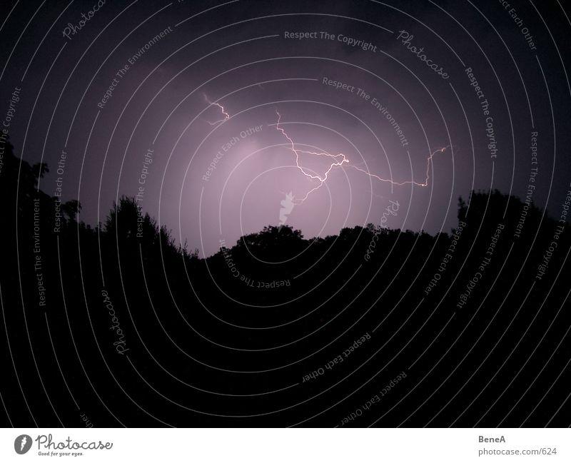 Blitz & Donner Natur Himmel schwarz Wolken dunkel Regen hell Angst Energiewirtschaft Elektrizität gefährlich bedrohlich violett Nachthimmel Sturm Blitze