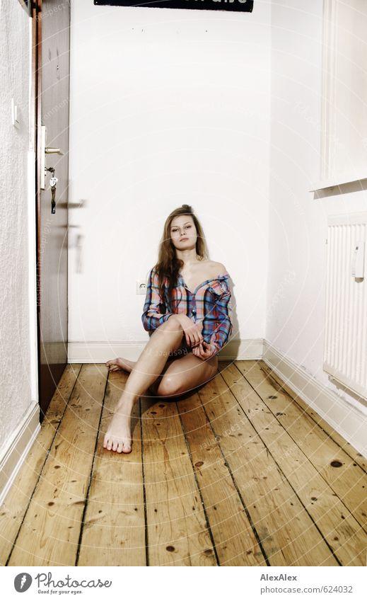Na warte! Raum Flur Holzfußboden Junge Frau Jugendliche Beine Fuß Schulter 18-30 Jahre Erwachsene Hemd Barfuß blond langhaarig hocken sitzen warten sportlich