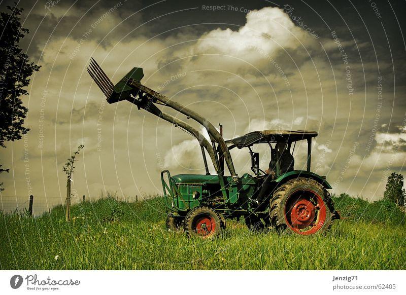 Countrystar. Himmel Wolken Arbeit & Erwerbstätigkeit Wiese Feld fahren Spielzeug Landwirt Maschine Weide Traktor Landwirtschaftliche Geräte