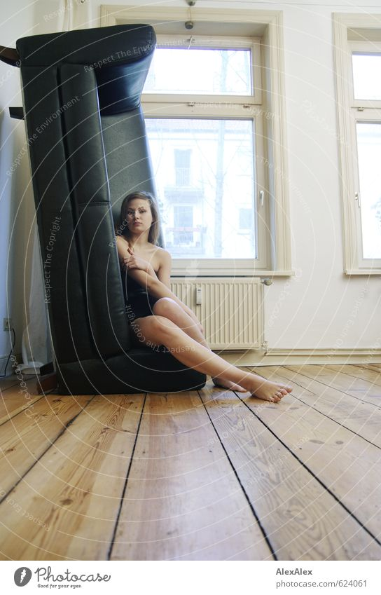 Vertikal Junge Frau Jugendliche Beine Fuß 18-30 Jahre Erwachsene Kleid Barfuß langhaarig Sofa vertikal Dielenboden Wohnzimmer sitzen ästhetisch sportlich groß