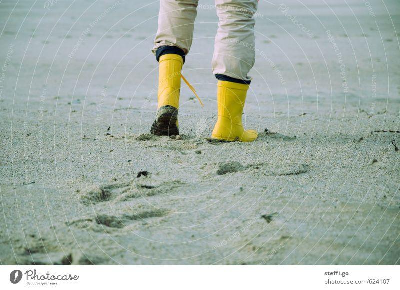 Strandspaziergang Jugendliche Ferien & Urlaub & Reisen Mann Meer Winter Ferne Junger Mann gelb Erwachsene Herbst Küste Freiheit Sand gehen Beine