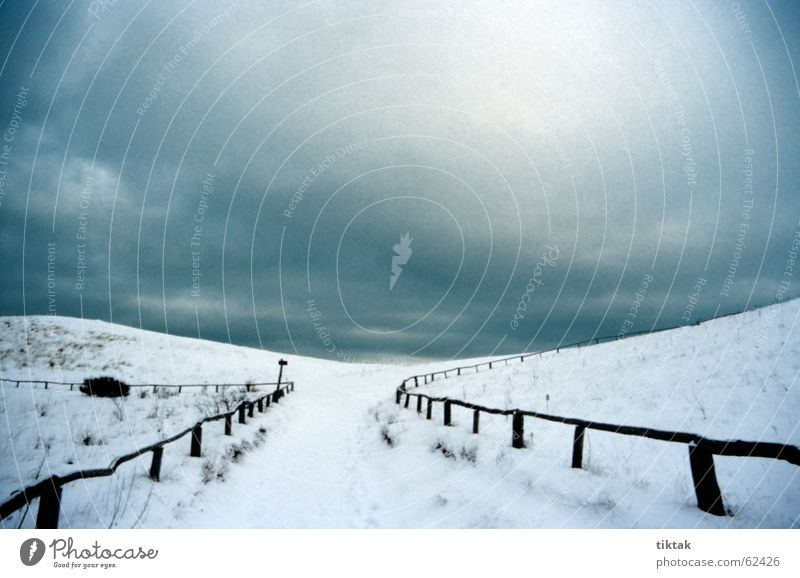 So weit die Füße tragen blau Winter Wolken Einsamkeit Ferne kalt Schnee grau Wege & Pfade Landschaft Eis Wind trist Frost bedrohlich