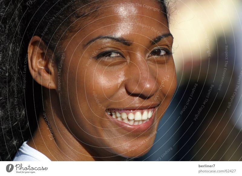 Lächeln für Brasilien Frau weiß Auge Wärme lachen lustig Zähne Brasilien Weltmeisterschaft Porträt Teint Mund