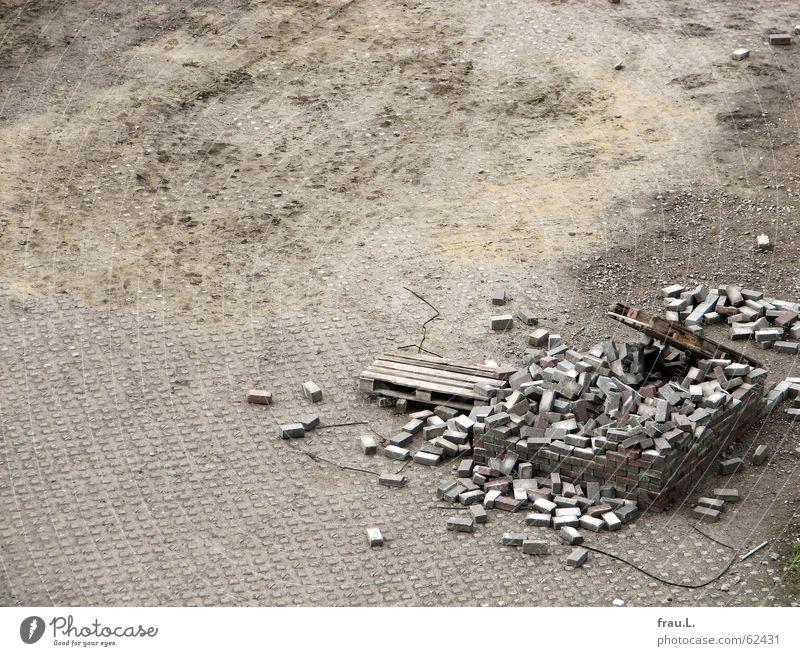 ein Haus bauen Teil II Einsamkeit Wand Spielen Stein Platz trist Freizeit & Hobby Verkehrswege Ruine Material Rest Niederlage spielend