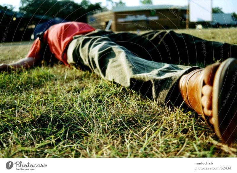 Mann liegt bewußtlos oder schlafend auf einer Wiese während eines Festivals - Alkoholkonsum Rauschmittel Bewusstseinsstörung versoffen verloren Gefühle Jubiläum
