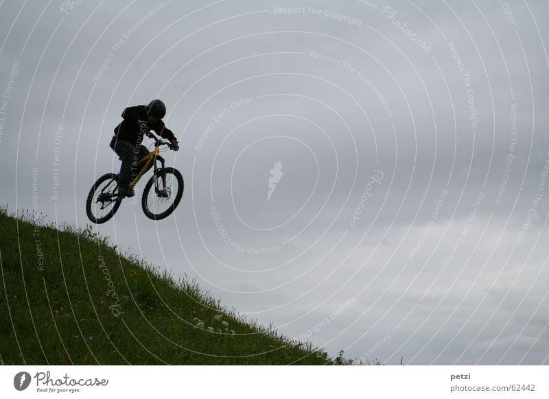 Schöner als fliegen... Freude Freiheit Fahrrad Luft Himmel Wolken schlechtes Wetter Wind Wiese Helm springen Geschwindigkeit Mut Konzentration Mountainbike