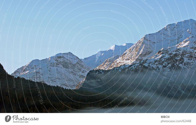 Morgenstimmung Nebel Wolken Baum Tanne Wald Berge u. Gebirge Schnee Strommast strom. leitungen Treppe Himmel blau Felsen