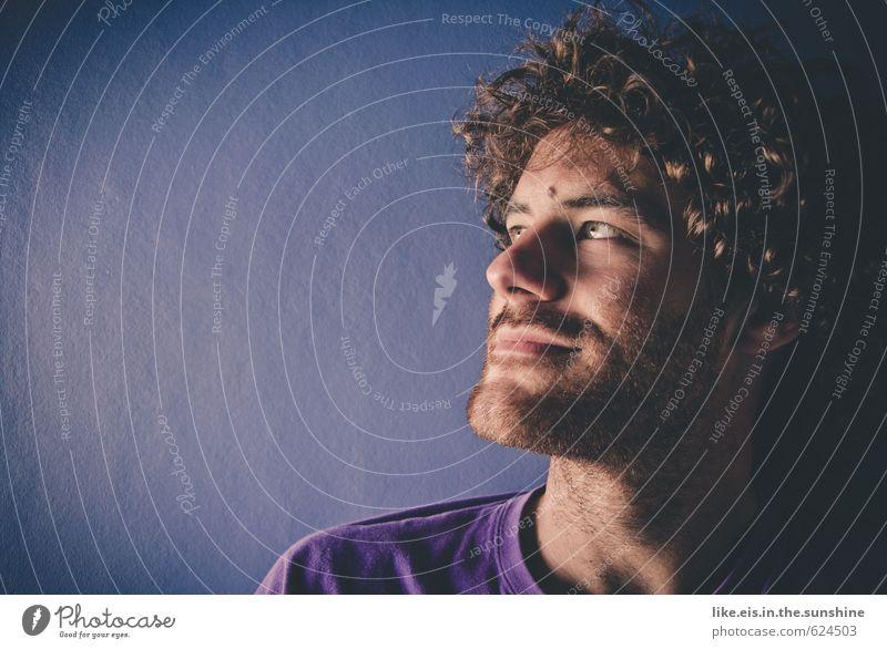 verLOCKENd. Jugendliche Mann blau Einsamkeit Erholung ruhig 18-30 Jahre Junger Mann Gesicht Erwachsene Haare & Frisuren Kopf maskulin nachdenklich Zufriedenheit genießen