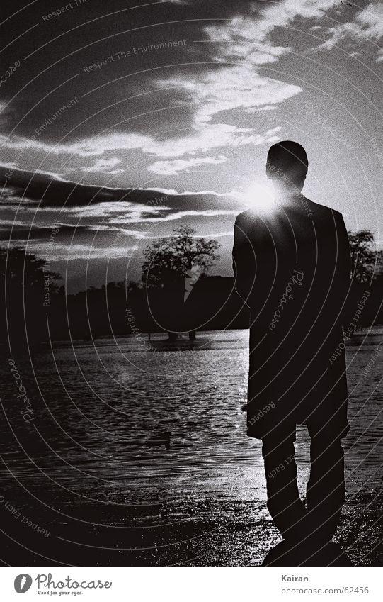 o-beine Mann Hochwasser Gegenlicht Mensch Wasser Elbe Sonne Ente stehen