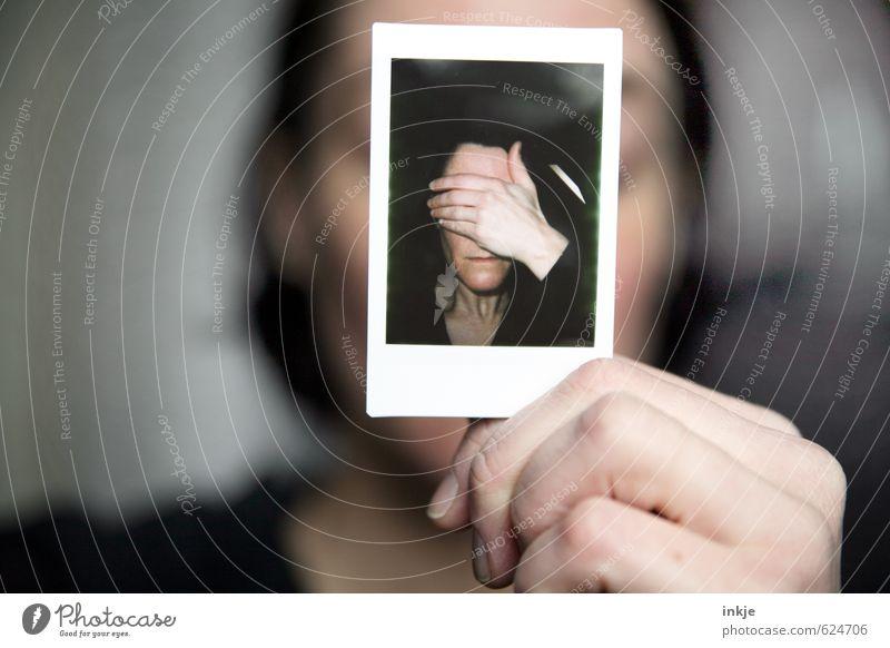 Frau hält Polaroid mit Frau mit Hand vorm Gesicht vors Gesicht Lifestyle Stil feminin Erwachsene Leben 2 Mensch 30-45 Jahre Fotografie festhalten Traurigkeit
