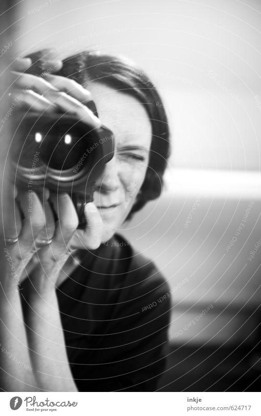 being me II Mensch Frau Gesicht Erwachsene Leben Freizeit & Hobby Lifestyle Neugier Fotokamera Konzentration entdecken Spiegel Fotograf Linse Fotografieren