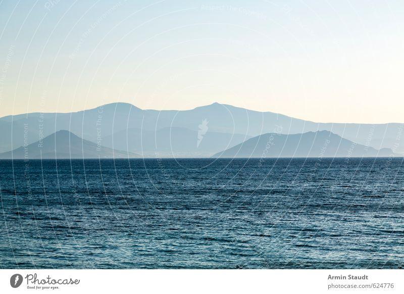 Dunstige Berge hinter dem Meer Himmel Natur Ferien & Urlaub & Reisen blau Wasser Sommer Einsamkeit Erholung Landschaft ruhig Berge u. Gebirge Freiheit Stimmung