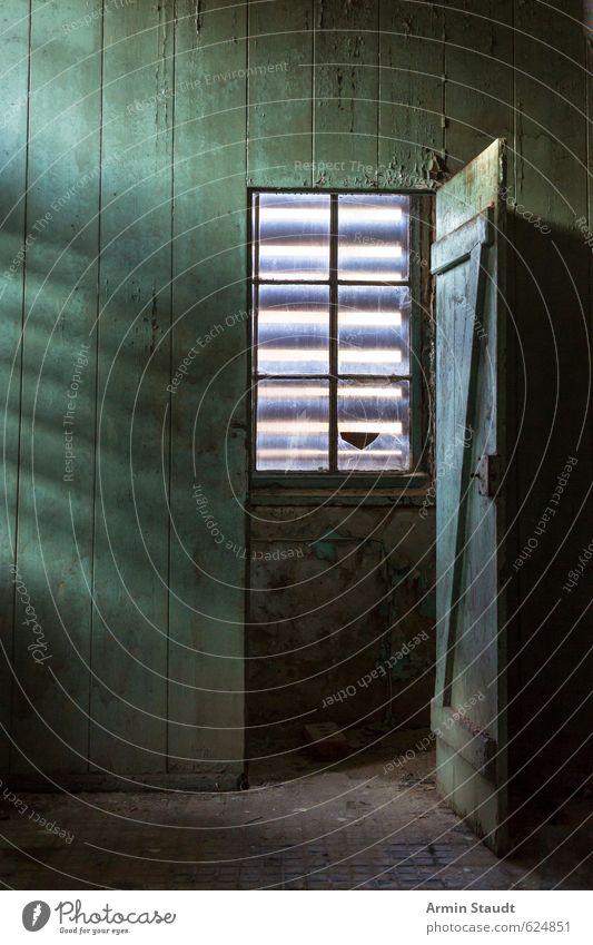 Tür zur Kammer alt grün Fenster Wand Senior Mauer Stimmung dreckig Raum Armut einfach historisch Platzangst Vergangenheit Verfall