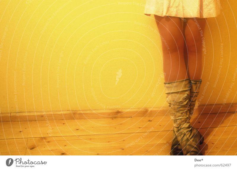 dirty Frau gelb stehen Stiefel Wand Holzfußboden Oberschenkel Wade Beine Mensch warten Haut anlehnen Schatten
