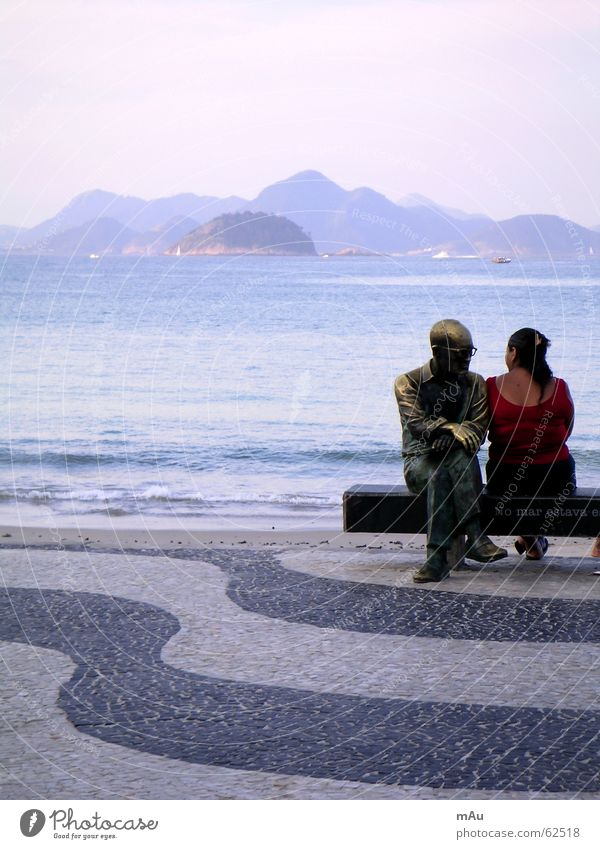 Flirt Frau Mann weiß Meer schwarz Ferne Berge u. Gebirge Wellen Rücken geschlossen Bank Statue Denkmal Kopfsteinpflaster flach Bolivien