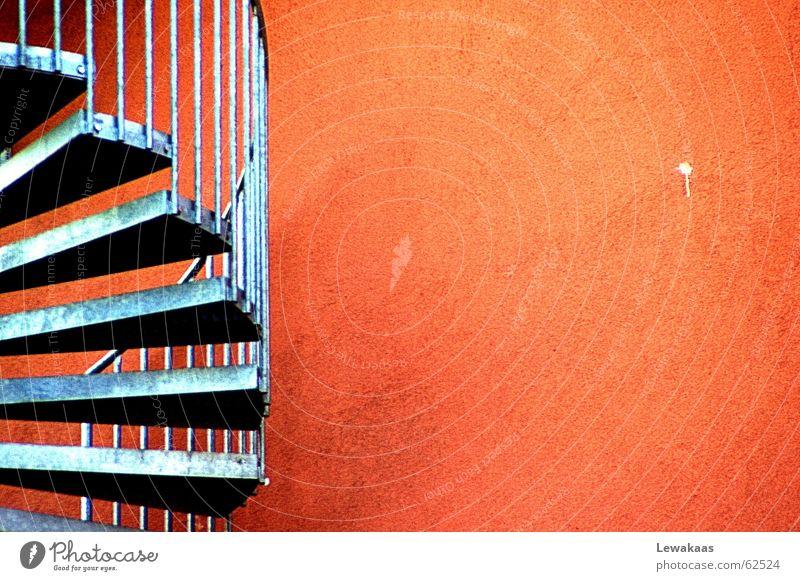 Seitwärts schön rot Haus Farbe Wand Stein Gebäude orange Metall Treppe modern rund Stahl Bauwerk Eisen Wendeltreppe