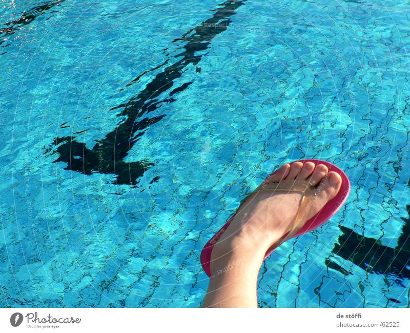 lass ma badn gehn! Wasser blau Sommer Freude Ferien & Urlaub & Reisen Stil Fuß Schwimmbad Zehen Flipflops