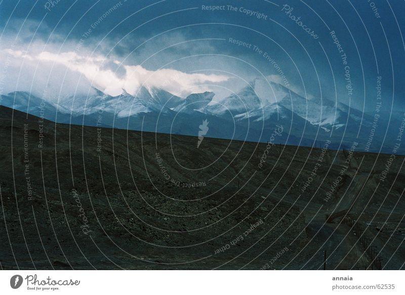 Das Dach der Welt Himmel Wolken Ferne dunkel Schnee Berge u. Gebirge Wege & Pfade Regen Nebel Horizont Zukunft Aussicht Asien Grenze Gewitter Am Rand