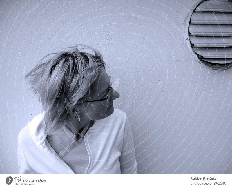Augenblick Frau blau schwarz kalt Wand Haare & Frisuren blond leer Brille Sturm Hinterhof Momentaufnahme sehr wenige Gleichgültigkeit Filter Belüftung
