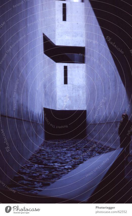 stille Kälte grau Schlitz Fenster Kunst Eisenplatte Beton Mensch Raum Perspektive blau Schatten wandöffnungen Innenhof jüdisches museum Berlin libeskind
