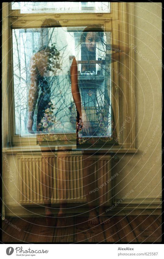 gestern ist weg Junge Frau Jugendliche Beine Fuß 18-30 Jahre Erwachsene Wohnzimmer Fenster Dielenboden Kleid Barfuß langhaarig Doppelbelichtung verschwunden