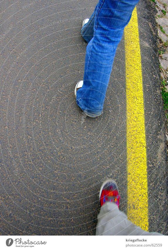 blau-rot-gelb blau rot gelb Straße Bewegung Wege & Pfade Schuhe Linie Beine gehen Jeanshose Asphalt Streifen Hose Bürgersteig Chucks