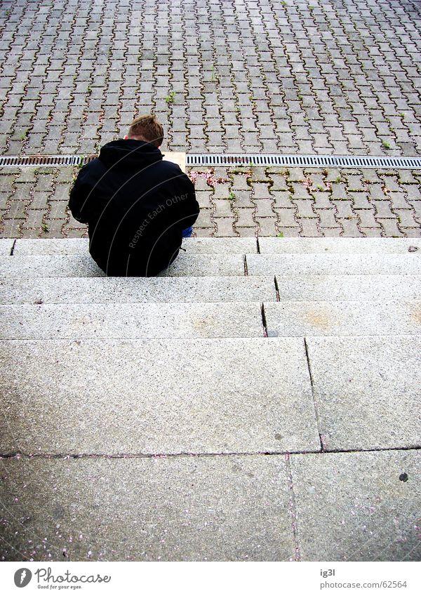 übrig Mann schwarz dunkel sitzen unbequem kalt hart Jacke Bekleidung anziehen Physik braun grau Monochrom einfarbig fade trist Trauer Einsamkeit Beton