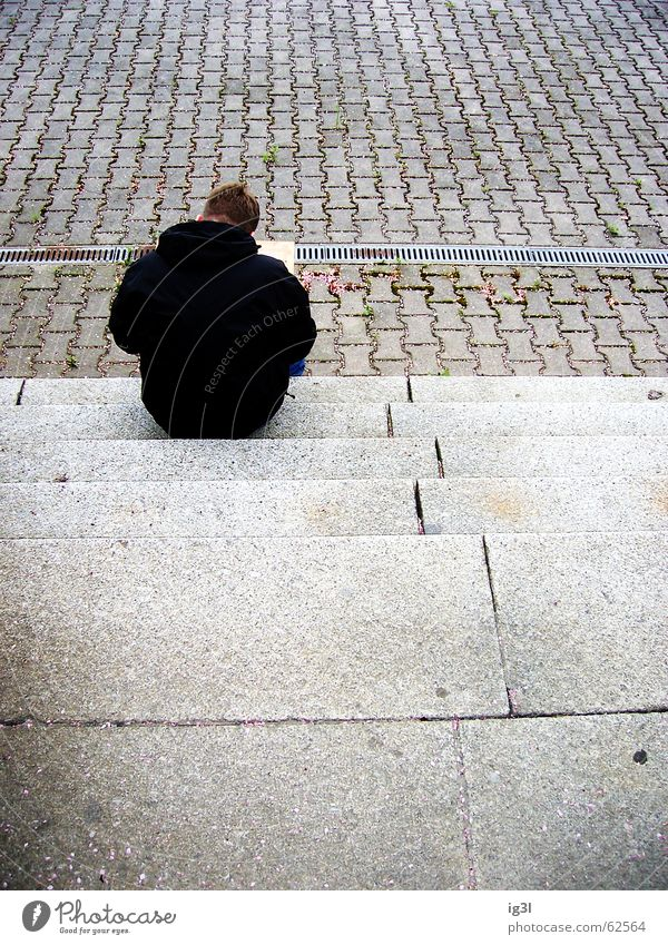 übrig Mensch Mann ruhig Einsamkeit schwarz Farbe Erholung kalt dunkel Gefühle grau Haare & Frisuren Wärme Stein Traurigkeit Linie