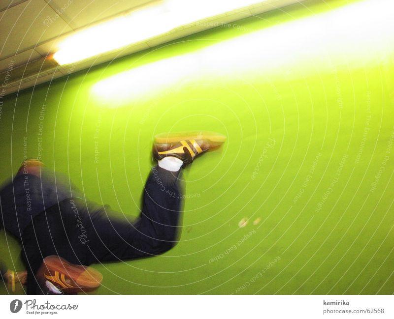 flying water buffalo grün Freude Sport springen Stil Mensch ästhetisch Dynamik Turnschuh Neonlicht Turnen Salto Breakdancer Sporthalle old-school Tänzer