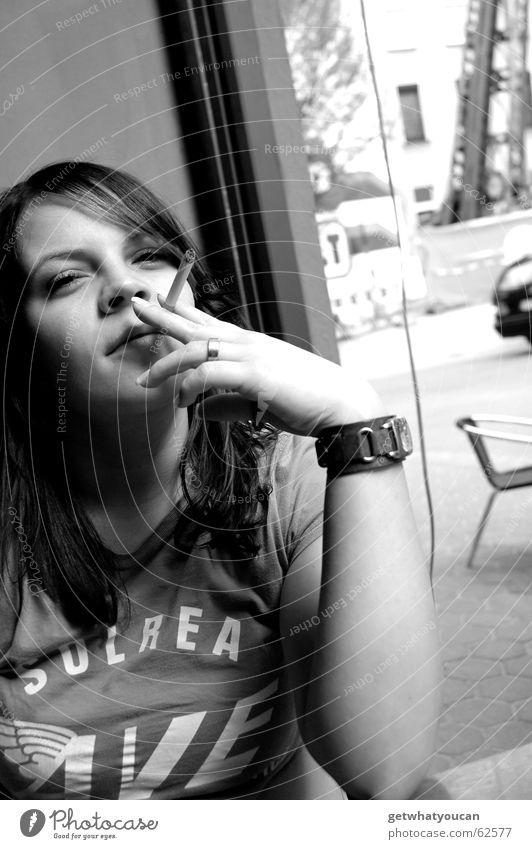 Das kleine Tabakgrab Frau schön Stadt ruhig Fenster Zufriedenheit Arme Coolness Uhr Rauchen Gelassenheit Café Zigarette Feierabend