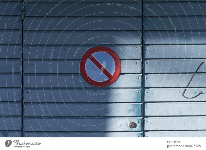 Hier nicht! blau Stadt Wand Gebäude Mauer Fassade Tür Verkehr Schilder & Markierungen Platz Hinweisschild Zeichen Stadtzentrum parken Verbote Garage