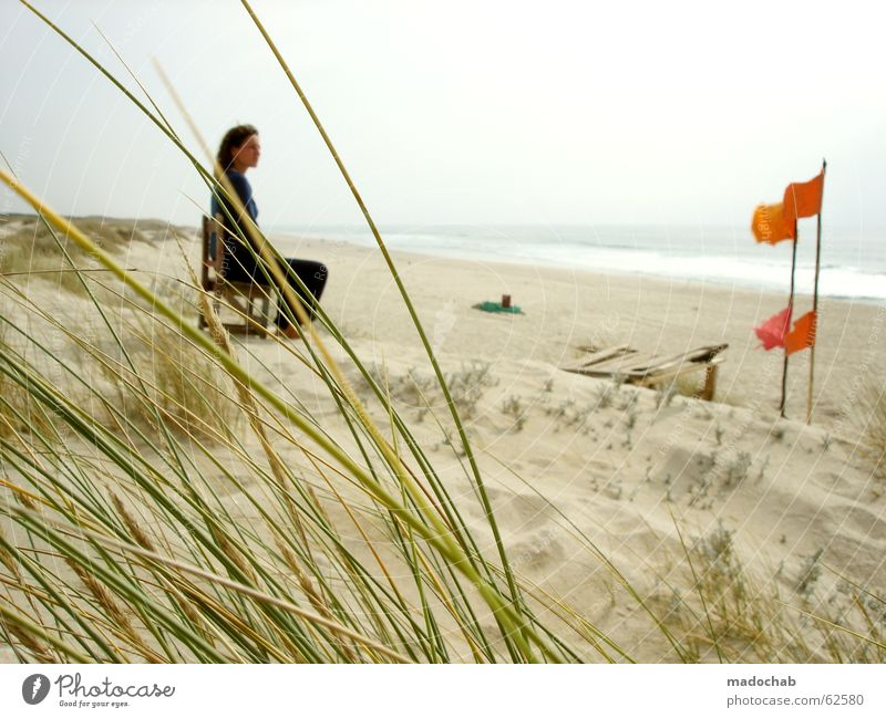 Junge Frau sitzt allein am Strand und hat Fernweh Romantik Wellness Ferien & Urlaub & Reisen Meer schön verträumt träumen Einsamkeit Suche finden Tagtraum