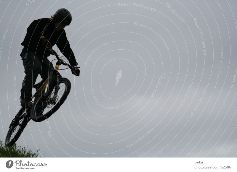 Schöner als fliegen II Himmel Freude Wolken dunkel springen Freiheit Luft Fahrrad Wind Konzentration Dynamik Fahrradfahren Helm Schwung steil Mountainbike