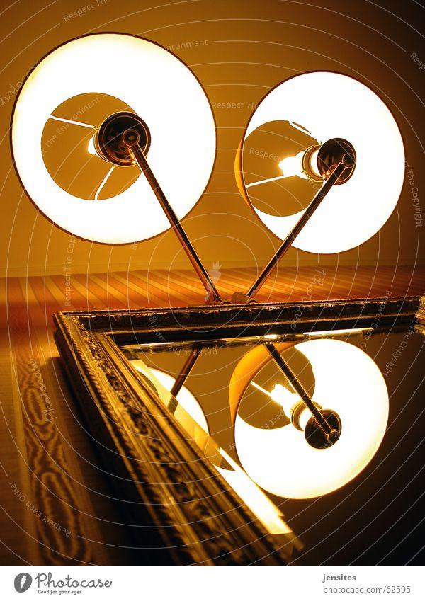 transmitter Lampe Spiegel Reflexion & Spiegelung Spiegelbild Licht rot Warmes Licht rund Raum Wohnung Tapete Wand Kunstlicht Lampenschirm braun Perspektive