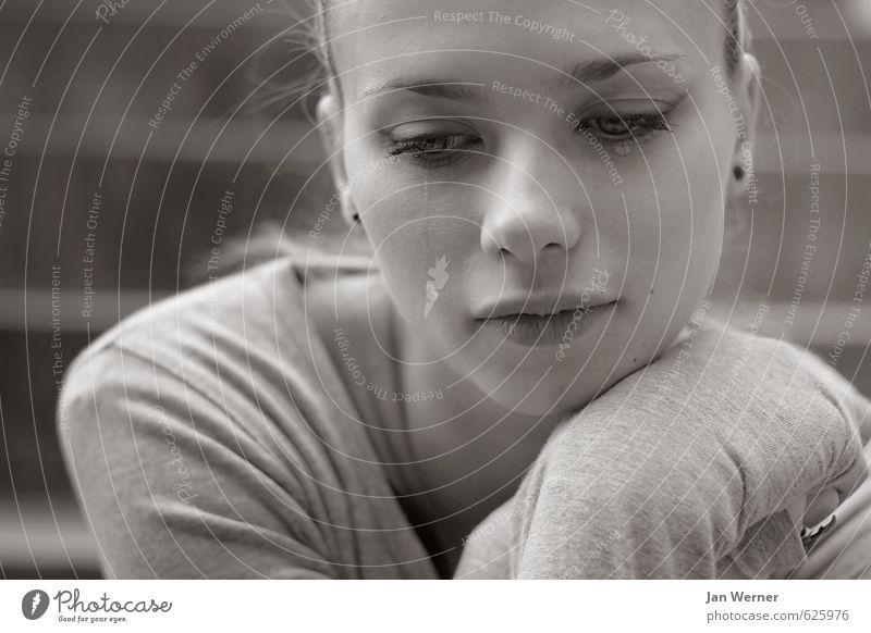 Nich' so gut drauf. Frau Jugendliche Einsamkeit Junge Frau 18-30 Jahre Erwachsene Traurigkeit Gefühle feminin Tod grau Stimmung Trauer Krankheit Sehnsucht