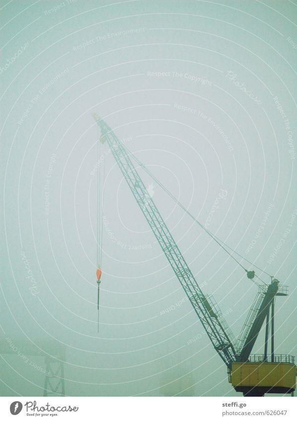 benebelter Kran schlechtes Wetter Nebel Regen Hamburg Menschenleer Industrieanlage Güterverkehr & Logistik Hafen bedrohlich dunkel Hafenkran stark