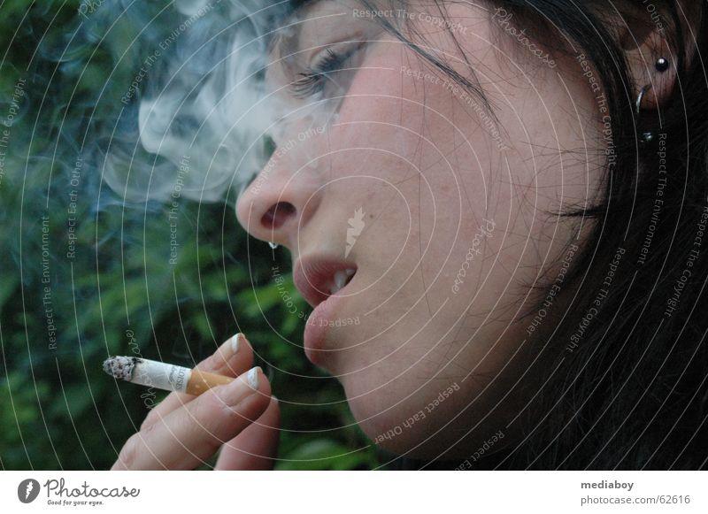 nikotin Rauchen atmen Denken Zigarette Abhängigkeit Nikotin Farbfoto Außenaufnahme Tag geschlossene Augen Junge Frau Jugendliche 18-30 Jahre Porträt Profil