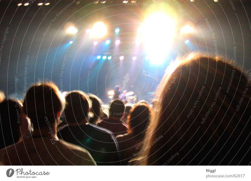 Psychadelic Mensch dunkel Party Musik hell Konzert Menschenmenge blenden Lightshow faszinierend