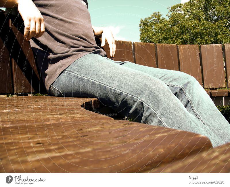 Sonne tanken Mensch Sommer ruhig Erholung Holz Wärme sitzen Bank Physik kopflos Sitzecke