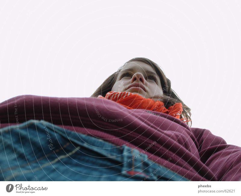 froschperspektive Mädchen Frau Porträt Froschperspektive Pullover violett Hose weiß klein groß Tuch Gesicht bordeaux Jeanshose Nase Himmel orange Perspektive